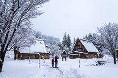 Touristes prenant des photos dans Shirakawago, village de patrimoine mondial Photos libres de droits