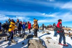 Touristes prenant des photos du beau paysage et skiant autour de Deogyusan, Corée du Sud Photos stock