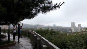 Touristes prenant des photos sur la colline de Xiaoyushan Images stock