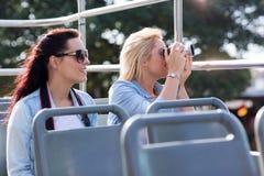 Touristes prenant l'autobus de photos Photos libres de droits