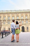 Touristes prenant la photo de Stockholm Royal Palace Image stock