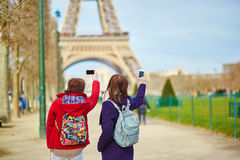 Touristes prenant la photo de Tour Eiffel Photos stock