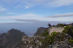 Touristes prenant la photo sur le dessus de la montagne de Tableau Photographie stock