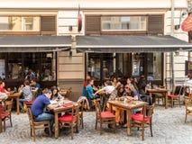 Touristes prenant le déjeuner au restaurant extérieur Images libres de droits