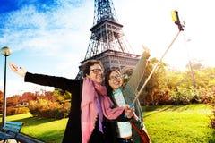 Touristes prenant le selfie contre Tour Eiffel Image libre de droits