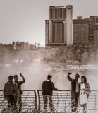 Touristes prenant Selfies aux chutes du Niagara Photographie stock