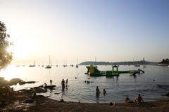 Touristes prenant un bain de soleil au coucher du soleil Photo libre de droits
