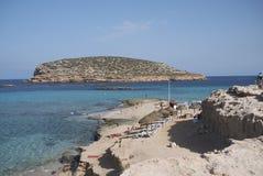Touristes prenant un bain de soleil en Platges de Comte Photographie stock libre de droits