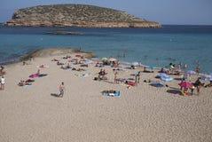 Touristes prenant un bain de soleil en Platges de Comte Photographie stock