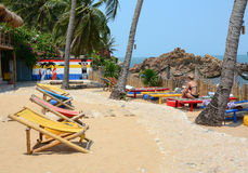Touristes prenant un bain de soleil sur le sable de la plage Photographie stock libre de droits