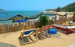 Touristes prenant un bain de soleil sur le sable de la plage Image stock