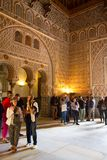 Touristes regardant l'architecture islamique de l'Alcazar en Séville, Espagne Photos stock
