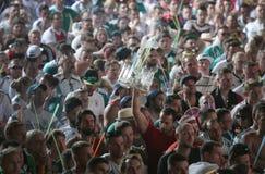 Touristes regardant le match de football du monde sur l'écran géant pendant leurs vacances en Majorque d'intérieur photographie stock