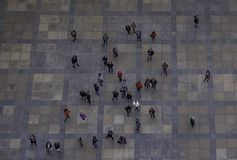 Touristes regardant le point de repère historique photos libres de droits