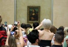 Touristes regardant Mona Lisa photographie stock