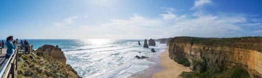 Touristes rendant visite aux douze apôtres dans l'Australie Photographie stock