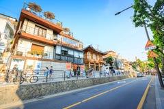Touristes sans titre et beaucoup de magasins à la rue de Samcheong Dong sur Ju Image stock