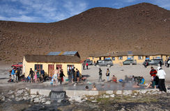 Touristes se baignant dans Hot Springs de Salar de Uyuni, Bolivie Photographie stock libre de droits