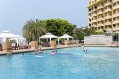 Touristes se baignant dans la piscine photos stock