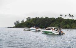 Touristes se baignant en mer d'un bateau dans le golfe de Thaïlande Photographie stock