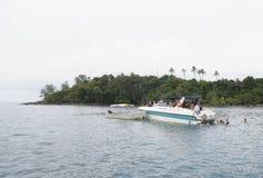 Touristes se baignant en mer d'un bateau dans le golfe de Thaïlande Photo stock