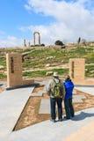 Touristes se tenant à l'entrée de la citadelle à Amman, Jordanie Photographie stock