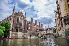 Touristes sous le pont des soupirs à l'université du ` s de St John Appelé pour un point de repère célèbre de Venise, ce circa-18 Image stock