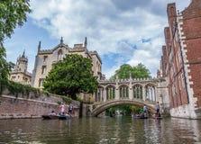 Touristes sous le pont des soupirs à l'université du ` s de St John Appelé pour un point de repère célèbre de Venise, ce circa-18 Images stock