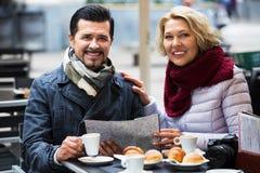 Touristes supérieurs lisant la carte au café Image libre de droits