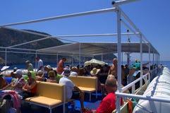 Touristes supérieurs visitant le pays sur la plate-forme de bateau de croisière Photo stock