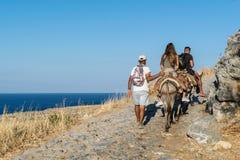 Touristes sur des ânes dans Lindos images libres de droits