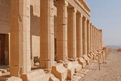 Touristes sur des chameaux dans Egyptqueen de hatshepsut, les ruines du temple photos libres de droits