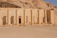 Touristes sur des chameaux dans Egyptqueen de hatshepsut, les ruines du temple images libres de droits