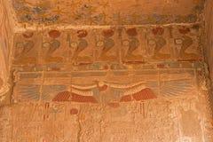 Touristes sur des chameaux dans Egyptqueen de hatshepsut, les ruines du temple photo libre de droits