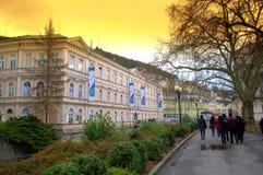 Touristes sur des rues de Karlovy Vary Photos stock