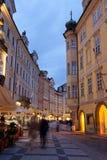 Touristes sur des rues de nuit Photo stock