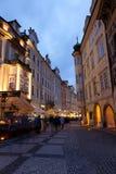 Touristes sur des rues de nuit Image stock