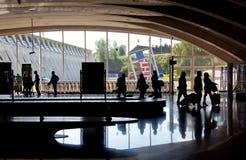 Touristes sur l'aéroport de Bilbao Image stock