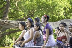 Touristes sur l'eau de jeu de voiture pendant le festival de Songkran ou la nouvelle année thaïlandaise au kruai de coup, Nonth photographie stock libre de droits