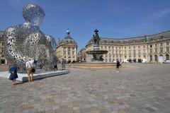Touristes sur l'endroit de la Bourse en Bordeaux, France photo stock