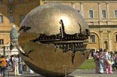 Touristes sur la cour intérieure du musée de Vatican Image stock
