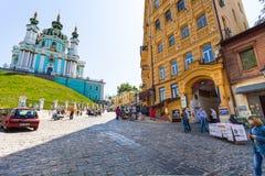 Touristes sur la descente et l'église d'Andriyivskyy photographie stock