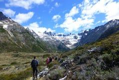 Touristes sur la hausse à la lagune de montagne d'Esmeralda, Tierra del Fuego, Argentine photos libres de droits