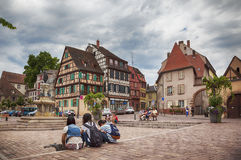 Touristes sur la place à Colmar, Frances, Photos stock