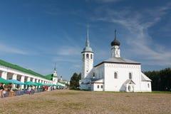 Touristes sur la place du marché central de Suzda photo stock