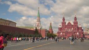 Touristes sur la place rouge à Moscou banque de vidéos