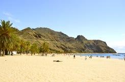 Touristes sur la plage appréciant le soleil Photo stock