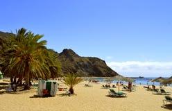 Touristes sur la plage appréciant le soleil Images libres de droits