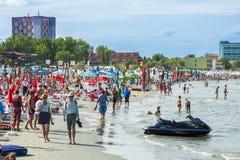 Touristes sur la plage de Mamaia Images stock
