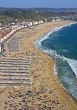 Touristes sur la plage en été Image stock